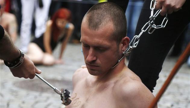 Bez pocitu nadřazenosti – aktivisté se na Václavském náměstí budou vypalovat žhavým železem