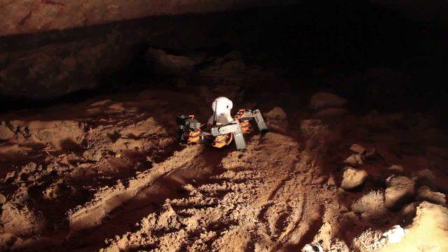Robot našel pod pyramidou zlaté koule