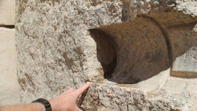 Důkazy starověkého strojního obrábění pyramid v Gize